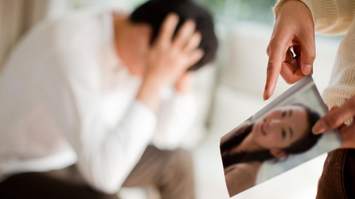 老公总怀疑曾出轨的老婆对吗_老公经常出轨_女人出轨老公不离婚